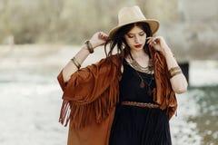 Elegancka modnisia gypsy boho kobieta pozuje w kapeluszu z wietrznym włosy, Zdjęcia Royalty Free