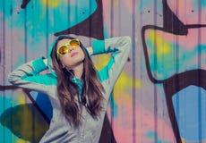 Elegancka nastoletnia dziewczyna w kolorowych okularach przeciwsłonecznych obraz royalty free