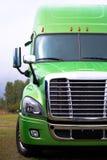 Elegancka nowożytna ciężarówka w zieleni na zielonym parcking udziale semi Zdjęcie Royalty Free
