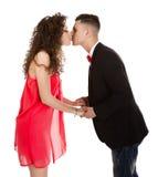 Elegancka para w białym tła całowaniu Obraz Stock
