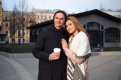 Elegancka para w miłości chodzi w jawnym parku w wakacyjnym wieczór, pijący takeout kawę, ściska zdjęcia stock