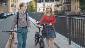 Elegancka para z bicyklami na spacerze w Europejskim mieście zdjęcie wideo