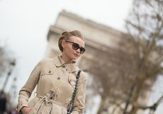 Elegancka Paryjska kobieta Zdjęcia Royalty Free