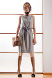Elegancka piękna blondynki kobieta pozuje w studiu, jest ubranym modną suknię Zdjęcie Stock