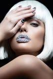 Elegancka piękna dziewczyna w białej peruce z wargami rhinestones i świąteczny manicure, Piękno Twarz Obrazy Stock
