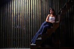 Elegancka piękna kobieta w eleganckim stroju na schodkach w s zdjęcia stock