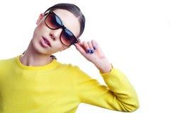 Elegancka piękna kobieta w okularach przeciwsłonecznych i jaskrawym pulowerze Obraz Stock