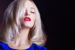 Elegancka piękna kobiety blondynka z czerwonymi wargami w błękitnej sukni w studiu obrazy royalty free