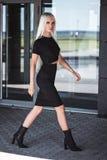 Elegancka piękna młoda dziewczyna chodzi outdoors Obraz Royalty Free