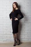 Elegancka piękna seksowna kobieta w wieczór sukni z jaskrawym wieczór makijażem z pełnymi wargami z czerwoną pomadką na jej dowci Zdjęcia Royalty Free