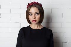 Elegancka piękna seksowna kobieta w wieczór sukni z jaskrawym wieczór makijażem z pełnymi wargami z czerwoną pomadką na jej dowci Zdjęcie Stock