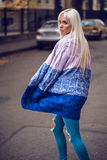 Elegancka piękna dziewczyna chodzi outdoors Zdjęcia Royalty Free
