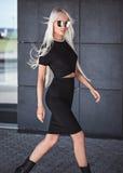 Elegancka piękna dziewczyna chodzi outdoors Zdjęcia Stock