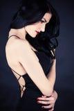 Elegancka piękna kobieta w czerni sukni Zdjęcie Royalty Free