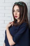 Elegancka piękna seksowna kobieta w wieczór sukni z jaskrawym wieczór makijażem z pełnymi wargami z czerwoną pomadką na jej warga Zdjęcia Stock