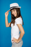 Elegancka przypadkowa młoda kobieta pozuje z kapeluszem Zdjęcia Royalty Free