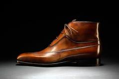 Elegancka ręka wytłaczający wzory brown rzemienny but Obrazy Royalty Free