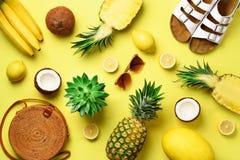 Elegancka rattan torba, koks, birkenstocks, sukulent, okulary przeciwsłoneczni i kolor żółty owoc na pogodnym tle, sztandar Odgór fotografia stock