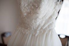 Elegancka rocznika bielu suknia na wieszaku w luksusowego hotelu pokoju Zdjęcia Stock
