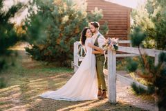 Elegancka romantyczna pary pozycja, przytulenie na rancho i zdjęcia royalty free