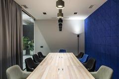 Elegancka sala konferencyjna z szarych i błękita ścianami Fotografia Royalty Free