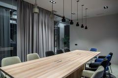 Elegancka sala konferencyjna z szarymi i szklanymi ścianami Obrazy Stock