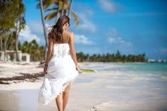 Elegancka seksowna kobieta na plaży obrazy royalty free