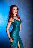 Elegancka seksowna kobieta z dużymi boobs w ciasnym błękit sukni mienia wineglass z szampanem obrazy royalty free