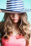 Elegancka seksowna kobieta z kapeluszem zbliżenia twarzy portreta kobieta Kapelusz zamyka ona oczy Zdjęcie Royalty Free