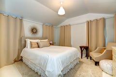 Elegancka sypialnia w miękkich mokka brzmieniach fotografia stock