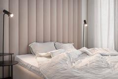 Elegancka sypialnia w nowożytnym stylu z brązu tekstylnym ściennym panelem zdjęcia royalty free