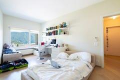 Elegancka sypialnia w nowożytnej willi obraz stock