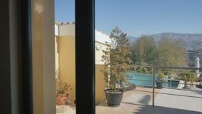 Elegancka sypialnia z panoramicznymi okno i piękny widok na zewnątrz pokoju zdjęcie wideo