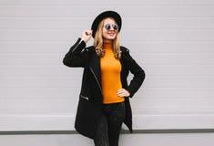 Elegancka uśmiechnięta młoda kobieta pozuje w mieście zdjęcia stock