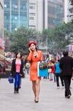 Elegancka ubierająca dziewczyna w robić zakupy teren, Chongqing, Chiny obrazy stock