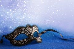 elegancka venetian maska na błękitnym błyskotliwości tle fotografia royalty free