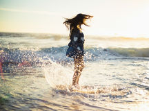 Elegancka wspaniała kobieta cieszy się w morzu zdjęcie royalty free