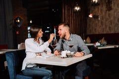 Elegancka zamożna para ma pustynię i wino w restauraci wpólnie obraz royalty free