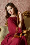 Elegancka zmysłowa młoda kobieta w claret sukni obrazy royalty free
