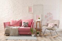 Elegancki żywy izbowy wnętrze z kanapą i kołysać karłem fotografia royalty free