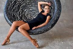 Elegancki łaciński kobieta tancerz przy obwieszenia krzesłem Zdjęcie Royalty Free