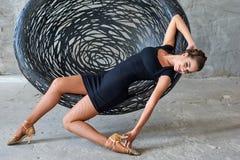 Elegancki łaciński kobieta tancerz przy obwieszenia krzesłem Obraz Royalty Free