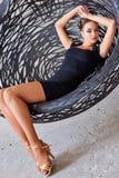 Elegancki łaciński kobieta tancerz przy obwieszenia krzesłem Zdjęcia Stock