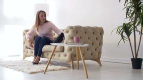Elegancki ładny kobiety oddawania dom od pracy zdjęcie wideo