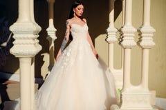 Elegancki ślubny salon czeka panny młodej Szczęśliwa panna młoda przed poślubiać Cudowna bridal toga Piękne ślubne suknie zdjęcia stock