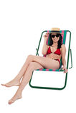 Elegancki żeński bikini model relaksuje w brezentowym krześle Obrazy Stock