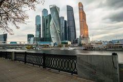 Elegancki żelazny dokonany ogrodzenie bulwar i Nowożytni drapacze chmur Moskwa Międzynarodowy Biznesowy Centre MIBC na opposi Obrazy Royalty Free