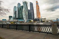 Elegancki żelazny dokonany ogrodzenie bulwar i Nowożytni drapacze chmur Moskwa Międzynarodowy Biznesowy Centre MIBC na opposi Obrazy Stock