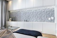 Elegancki żywy pokój z betonową dekoraci ścianą zdjęcia stock