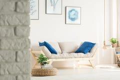 Elegancki żywy pokój z leżanką obraz royalty free